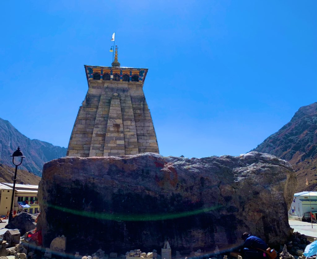 This huge boulder (now known as Bhimshila) got stuck behind Kedarnath Temple when the flash flood hit Kedarnath in 2013. People say it saved the temple by causing obstruction to the debris, diverting the flow to the sides of the temple.  #kedarnathtemple @UTDBofficial https://t.co/dUtwLDAmrm