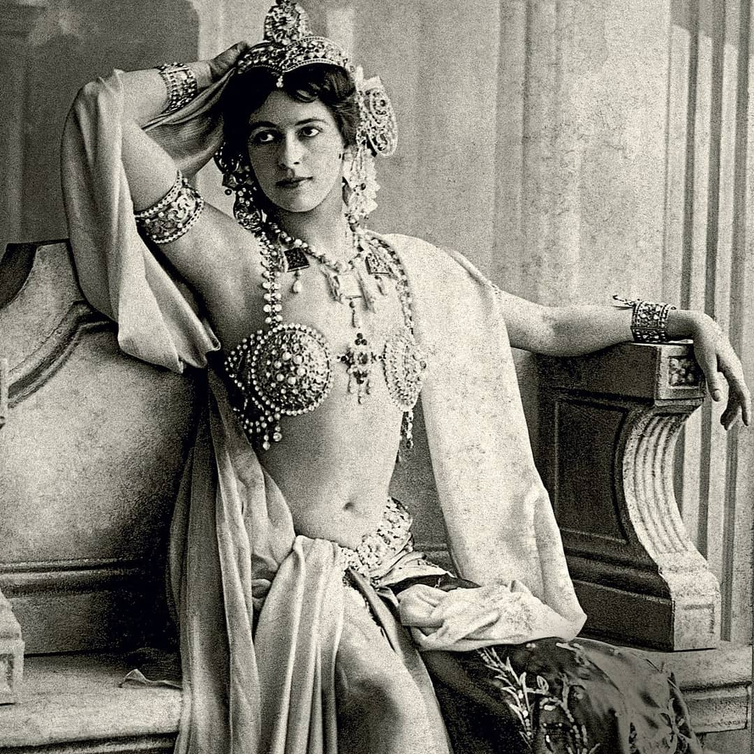 Did you know!?  On this day in 1917, a German spy, Mata Hari was executed by a French firing squad! She was also the muse for @paulocoelho 's #thespy She was amongst the most controversial figures during World War 1.   #Archives #history #seductress #matahari #worldwar1 https://t.co/e7LSKVbbrt