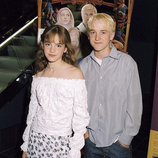 """「10歳の頃から、エマはとにかくトムに夢中で、彼に恋をしていて、本人もそれに気づいていた。結局、""""恋人""""にはなれなかったけど最高の""""親友""""になれた。」って話聞いてから、もうハーマイオニーとマルフォイが眩しすぎて金曜ロードショー観れない。"""