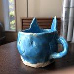 子供が作った猫のマグカップが…。確実に目を狙ってくる鬼仕様w
