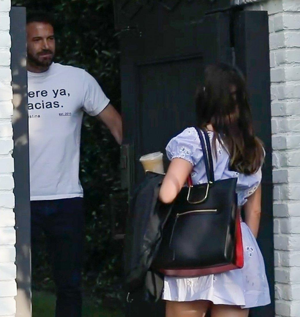 Ben Affleck welcoming his girlfriend Ana de Armas (15/October/2020) https://t.co/5PwOnN0MLK