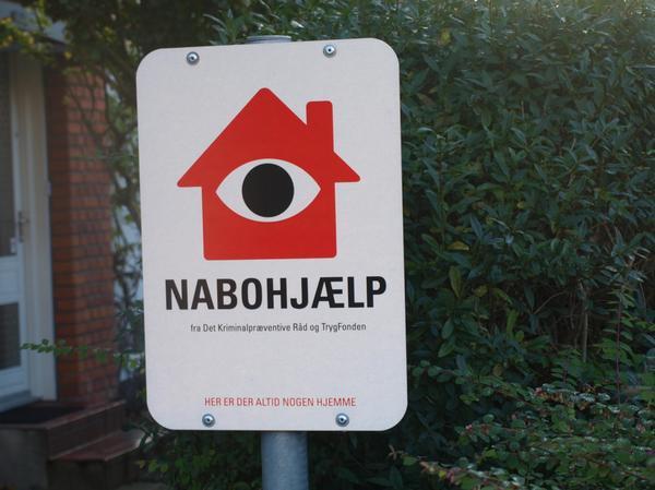 Put et lod i hatten - er du én af de heldige? https://t.co/hgJbilvNAn HUSK handling bag skiltet. Hvis indbrudstyvene ser et skilt, men ikke fornemmer, at det er et kvarter med nysgerrige naboer eller liv, er det ikke nok til at skræmme tyvene væk! #nabohjælp #botrygt #politidk https://t.co/7LL7Qej01K