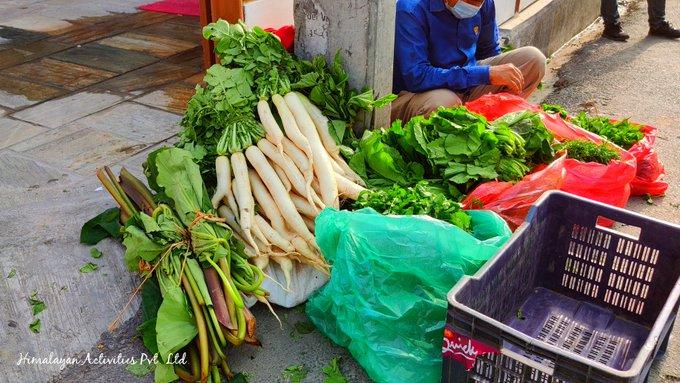 カトマンズの路上で売られる葉付き大根