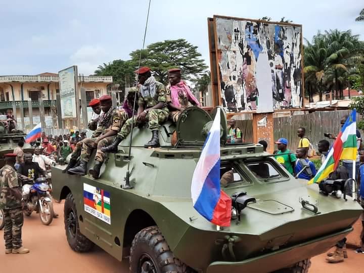 BRDM-2 donados por #Rusia a la #RepúblicaCentroafricana. Como conté en mi blog sobre los BRDM-2 de #WagnerGroup, las lecciones en combate fueron aplicadas a éstos, y donados a diversos países como método de influencia: https://t.co/PSPjbtdJUf Imágenes: @fridolinngoulou https://t.co/UdsfTsAa8v