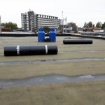 Aan de Graaf Florisstraat in Rotterdam wordt hard gewerkt. De dakopbouw vordert en het dak is waterdicht ingewerkt. Toch wel lekker in de herfst. 😉 Binnen schiet het ook op. Er ontstaat veel ruimte op het dak. De buitenbeplating is aangebracht en wordt met steenstrips afgewerkt.