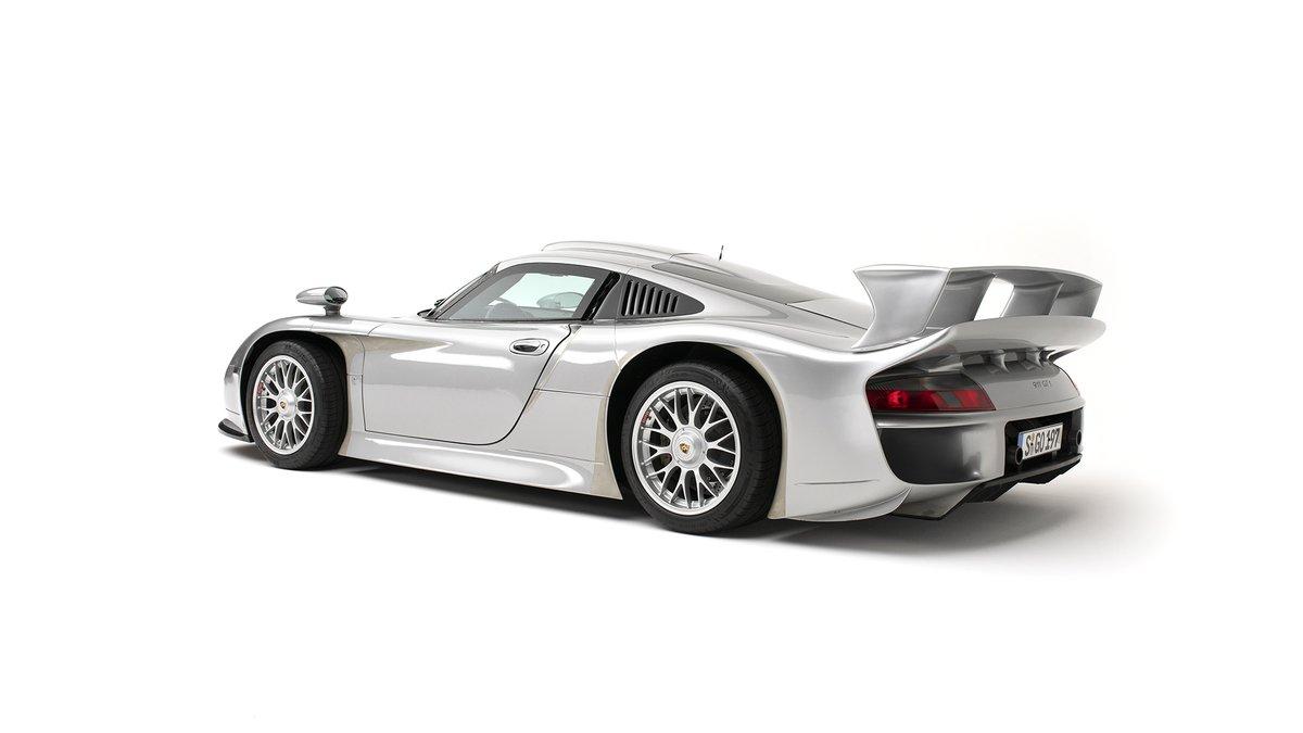 La versión de carretera (Straßenversion) del #Porsche 911GT1 es probablemente uno de los coches más buscados de todos los tiempos.  Con una producción de 23 unidades, es también una de las versiones GT más escasas. Es el modelo de homologación para el GT1 que ganó en #LEMANS24 98 https://t.co/7IpGhixEpJ