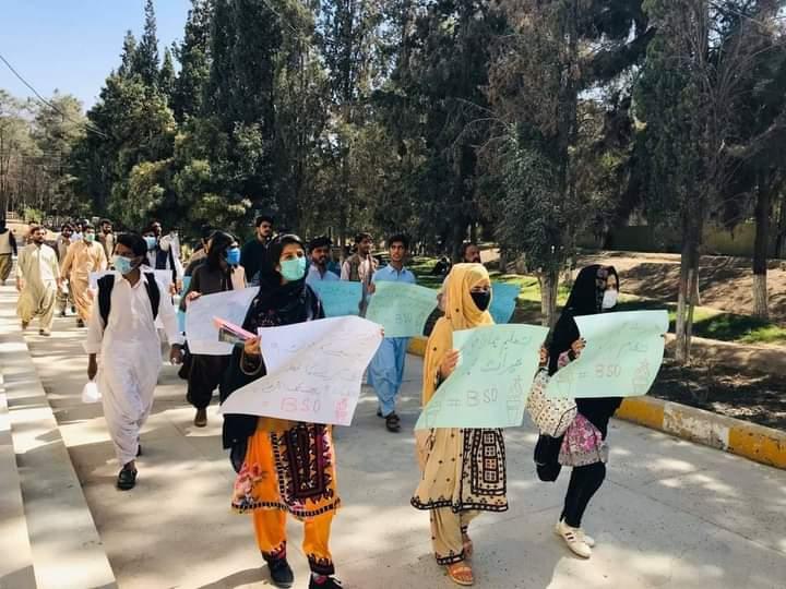 بلوچستان یونیورسٹی میں سیکیورٹی کے نام پر طلباء کو ہراساں کرنے،طالبات کےساتھ ہاسٹل میں قیدی کی طرح پیش آنےمیس کی فیسوں میں اضافے، بدانتظامی اور جامعہ کے جملہ مسائل کے خلاف بلوچ اسٹوڈنٹس آرگنائزیشن کا کیمپس کے اندر احتجاجی مظاہرہ۔ انتظامیہ سے مسائل فوری حل کرنے کا مطالبہ کیاگیا