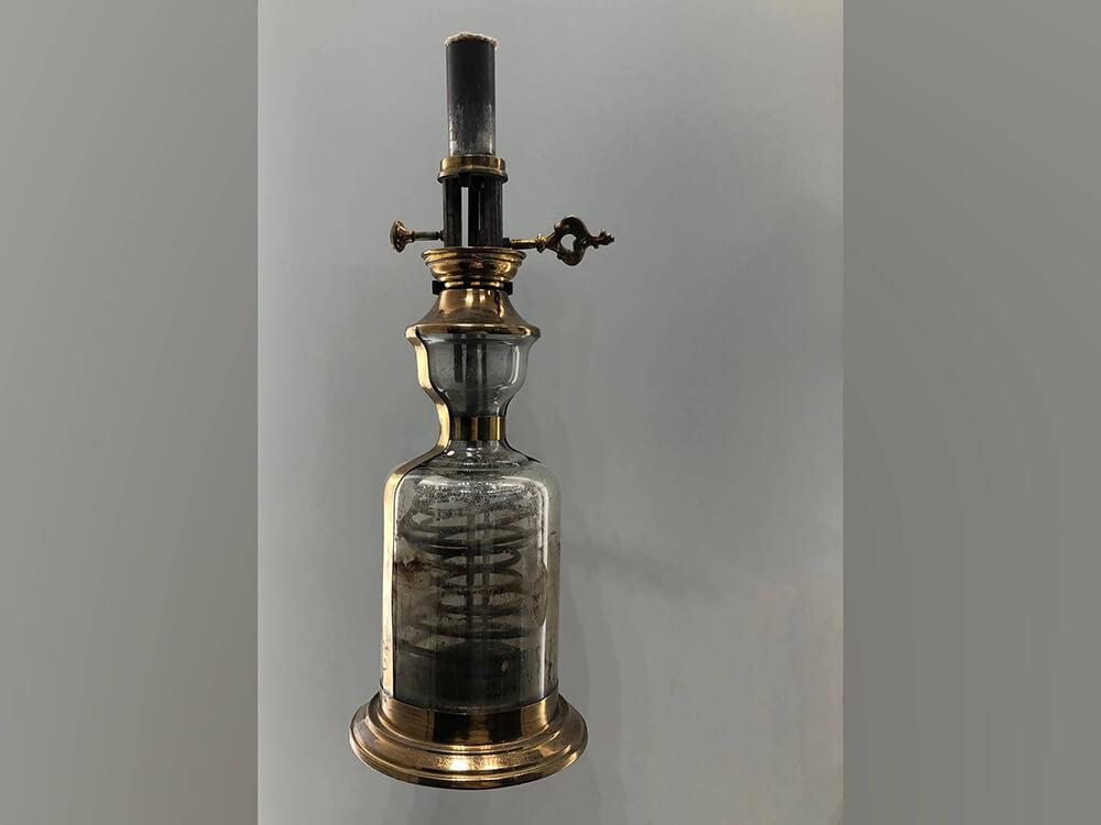 """#Licht #Geschichte: Als noch zähflüssiges Tier- oder #Pflanzenöl als Lampenbrennstoff benutzt wurde, suchte man nach einer Konstruktion, die das #Öl automatisch vom Tank zum Docht pumpen konnte. Die #Moderateurlampe ist ein Beispiel aus dem 19.Jahrhundert. Zu sehen im <a class=\""""link-mention\"""" href=\""""http://twitter.com/flux_nrw\"""" target=\""""_blank\"""">@flux_nrw</a> <a href=\""""https://t.co/piaVCXvg80\"""" class=\""""link-tweet\"""" target=\""""_blank\"""">https://t.co/piaVCXvg80</a>"""