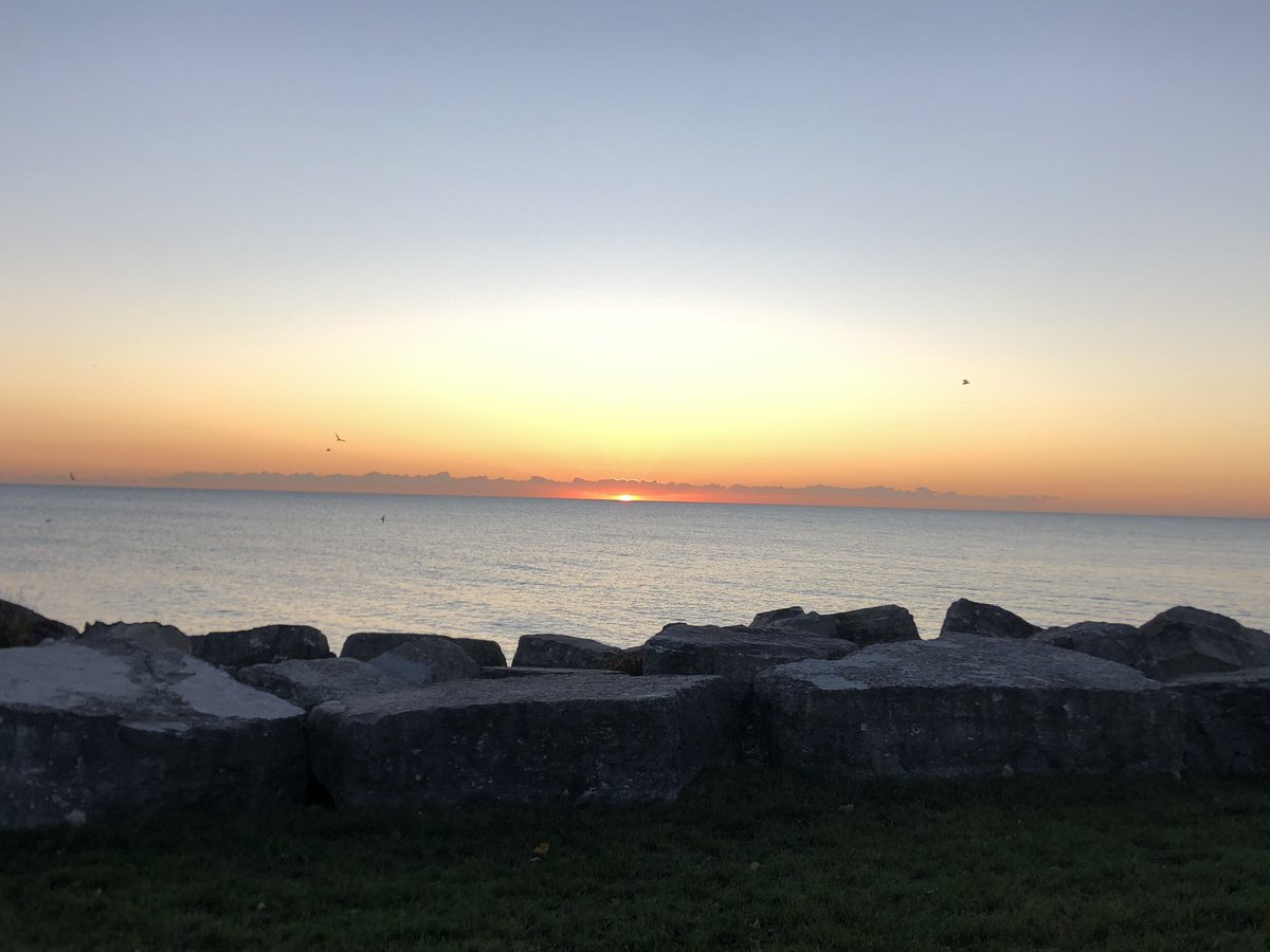 Happy Friday! No better combo in Chicago than Lake Michigan sunrises and @LoyolaChicago campus!🌅 #onwardLU https://t.co/lhLWniECTc
