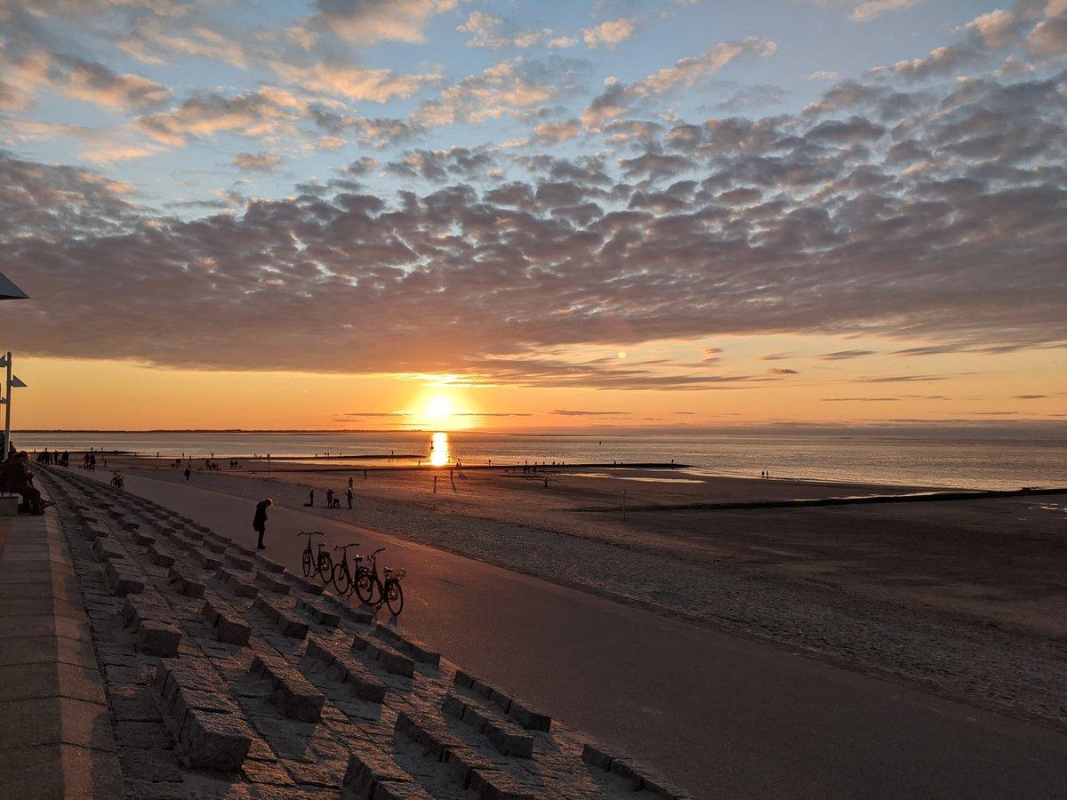 Die Sonne verabschiedet sich für heute #norderney https://t.co/LAn0ttDlDw