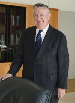 #New  15 Octobre 2020 (hier): Nous venons d'apprendre la mort du Vicomte Alfons (dit Fons), Remi, Emiel Verplaetse.  Economiste, ancien Gouverneur de la Banque Nationale de Belgique. Né en 1930, le 19 Février, nommé Grand-croix de l'Ordre de Léopold II. Il décède à 90 ans. https://t.co/Pn3Dlo2is5