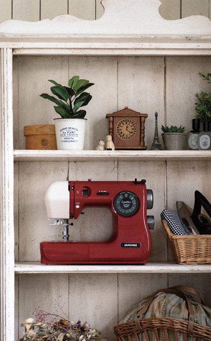 蛇の目ミシン工業から創業100周年を記念した家庭用ミシンが発売されました😊モダンクラシカルなデザインと往年モデルのカラーリングが素敵で『片付けないミシン』としてお部屋のインテリアにもぴったりです😊