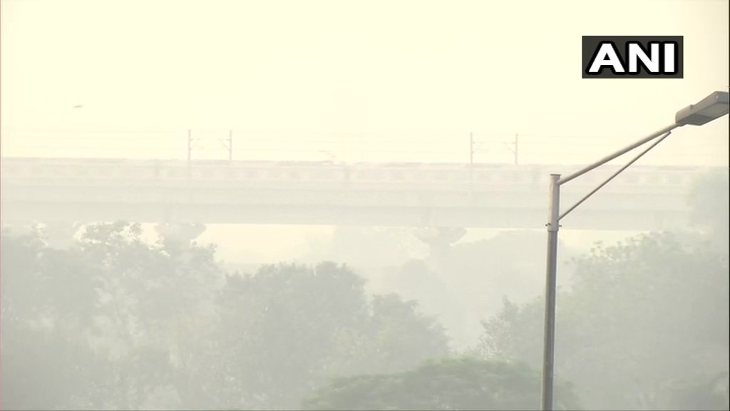 #Airquality dips in the national capital causing a layer of haze in the sky. Visuals around Akshardham and near India Gate.  (Images: ANI) https://t.co/mDJuROFMv0