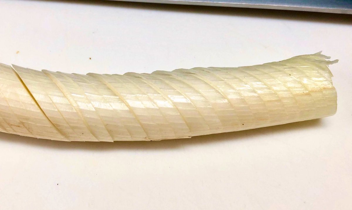 麻婆豆腐やエビチリ用の『長ネギみじん切り』はこう切りましょう  表と裏に中心まで斜めに切り込みを入れ、端から切っていくと素早く楽に切れます。 ホウキ状の切り方は散らかるので❌