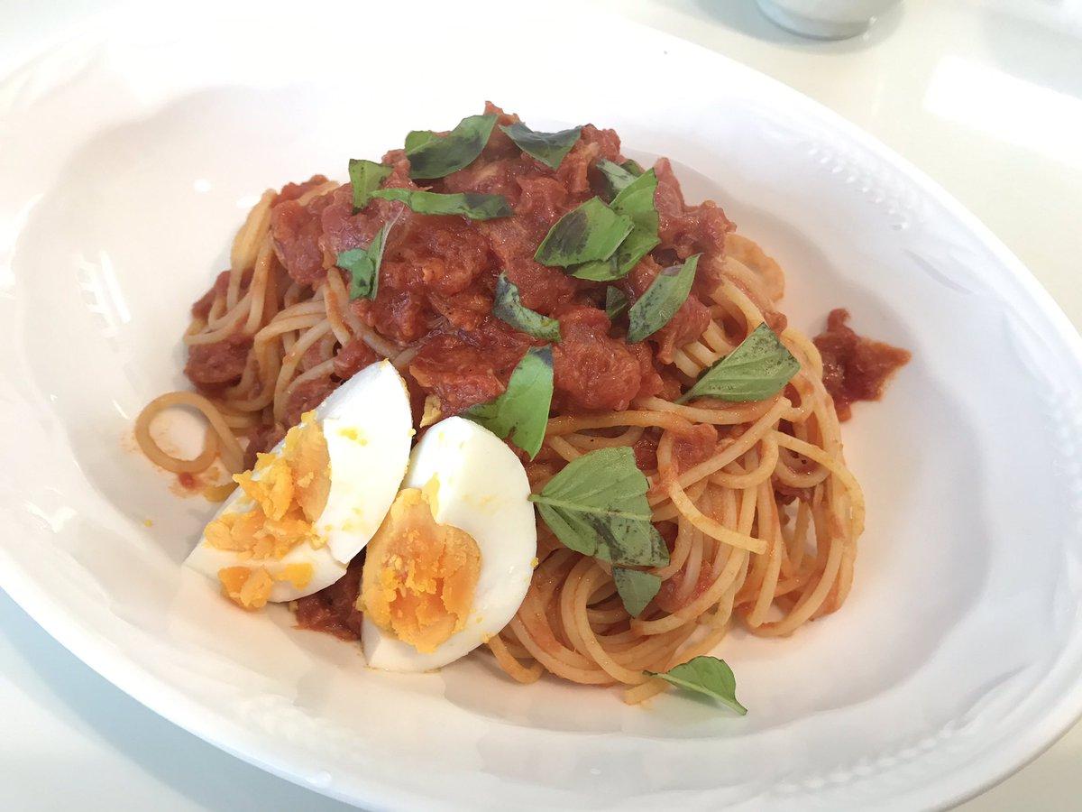 今日の昼ごはんは、トマトとツナの超簡単パスタ。トマト缶とツナ缶があれば出来ちゃうカンタンお得なレシピです。ベランダバジルと残り物の茹で卵を添えて。旨みたっぷり、ご馳走様でした。レシピはこちら。