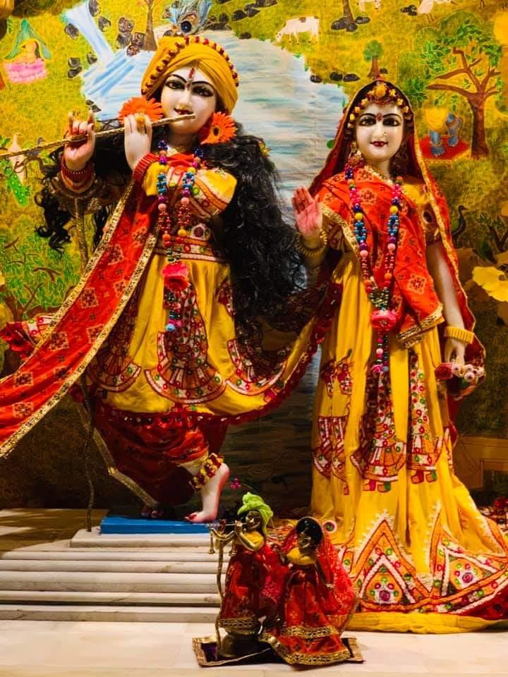 Todays Mangal Aarti Darshan of #shrishriradhavrindavanchandra @ulhasnagar centre @AnandVrindavan Dham For more details contact on- +91-7066727666 +91-9284826810 #radharani #kanha #jaganath #gaurnitai #narsinghdev #shrimadhusudanbapuji #damodardas #happiness #blessings #radheradhe https://t.co/l0qwzofAsw