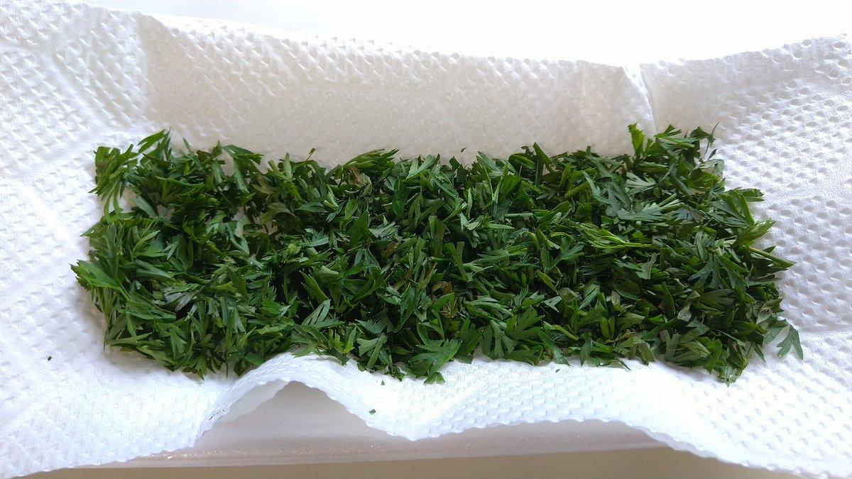 我が家の人参菜でこれ作ろうかと思って。↓◎電子レンジじゃなくて、刻んで乾燥します。(*^^*)b簡単!パセリの代わりに使える 乾燥人参葉 by ゆいまーる555