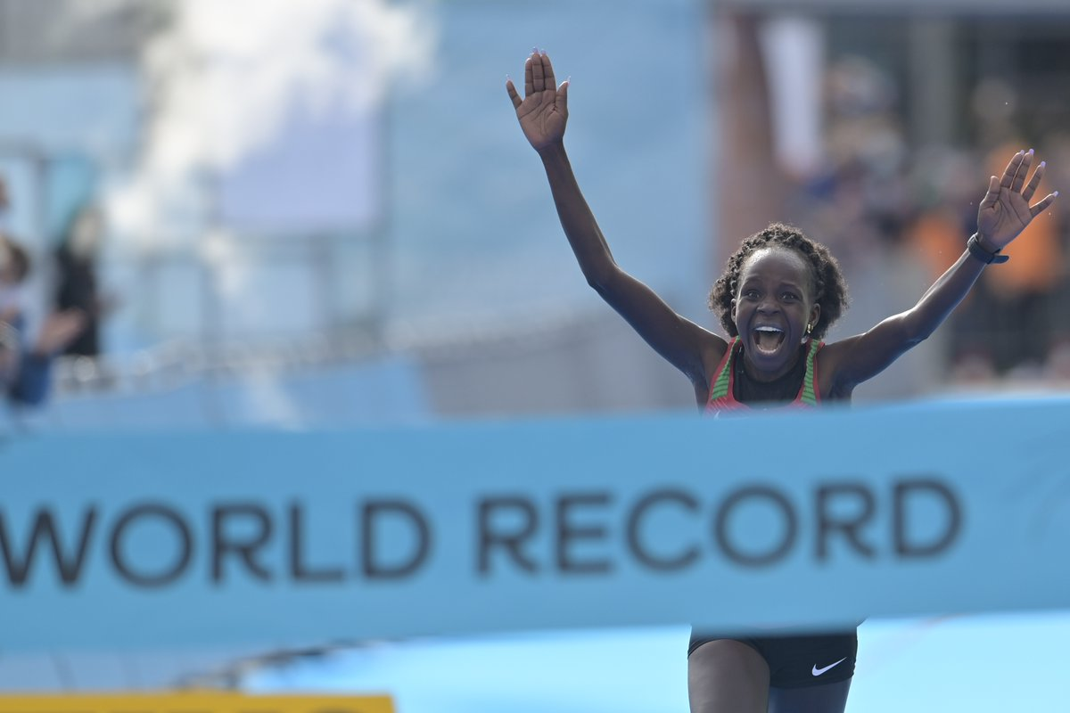 WORLD RECORD!  Kenya's Peres Jepchirchir wins in a women-only world record of 1:05:16!  She is the 2020 #WorldHalfMarathon champion 🙌