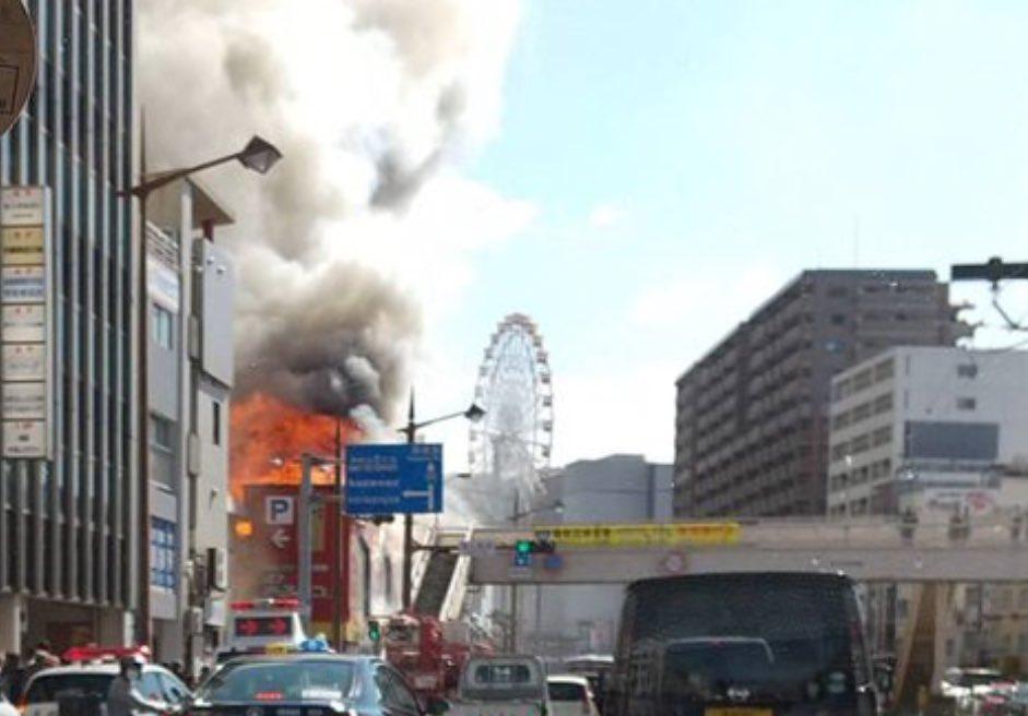 画像,長崎市の幹線国道沿いの老舗割烹店で火事。隣接するパチンコ屋も焼け落ちるなど、現場は一時騒然😳ちなみに、奥に見える観覧車のある建物の隣に、森高千里様が降臨される長…