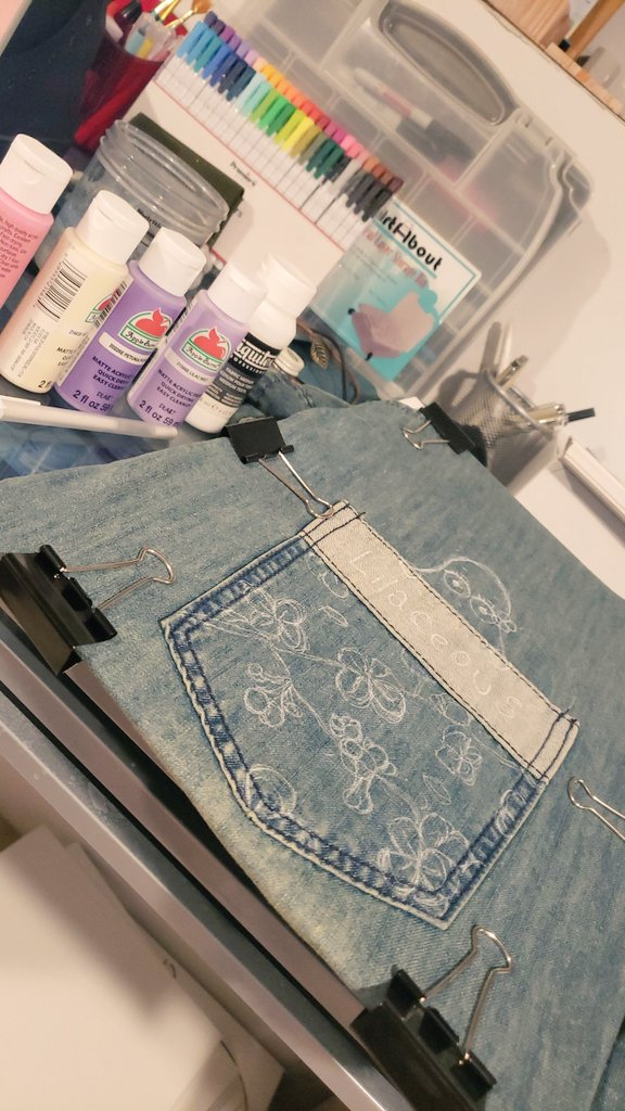 Haven't slept 😅 soooo I decided to paint my jean thingy 🥴🌸🥑 🌸🌸🌸🌸🌸🌸🌸🌸🌸🥑 #ArtistOnTwitter #painting #paint #newtotwitter #folllowme #artists #acrylicpainting #lilacs #artworks #traditional #RetweeetPlease #ArtistsSupportingArtists #support https://t.co/LjuM1bSCkG