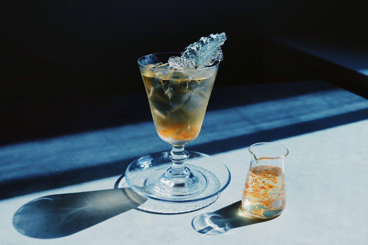 透明な落ち葉のアメを添えたキンモクセイのソーダ。