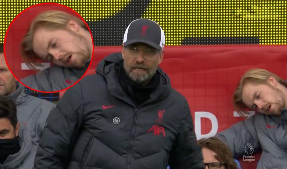 Thủ thành Liverpool ngủ ngon lành trên băng ghế dự bị