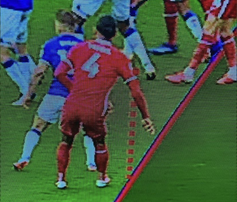 Van Dijk's offside was drawn to his elbow.   Mané's offside was drawn to Mina's shoulder.   It's really, really embarrassing now. @premierleague https://t.co/aMMxyxsjbL