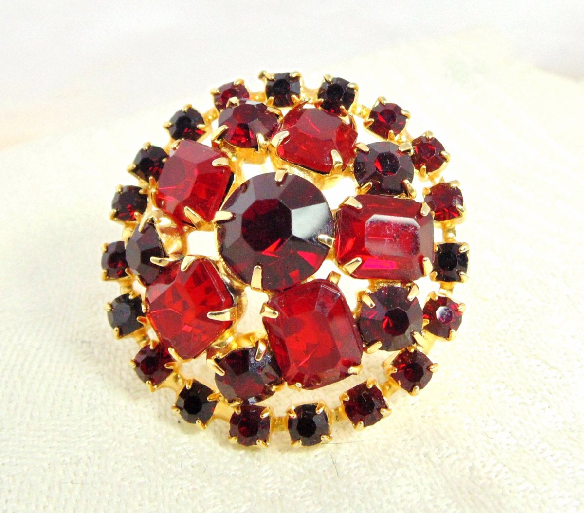 Exceptional Vintage Red Rhinestone Brooch https://t.co/d45DmZccSX #pottiteam #jewelry #vintage #ProngSet https://t.co/EaU0RSQfmX
