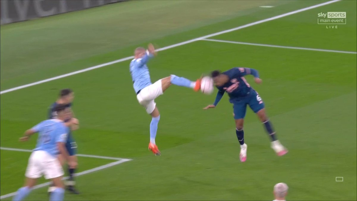 Should Arsenal have been awarded a penalty before half-time? 👀  @GNev2 thinks Kyle Walker has got away with one!  📺 Watch on Sky Sports PL 📱 Follow #MCIARS here: https://t.co/pIdcNwMNva 📲 Download the @SkySports app! https://t.co/5ynPybTMlt