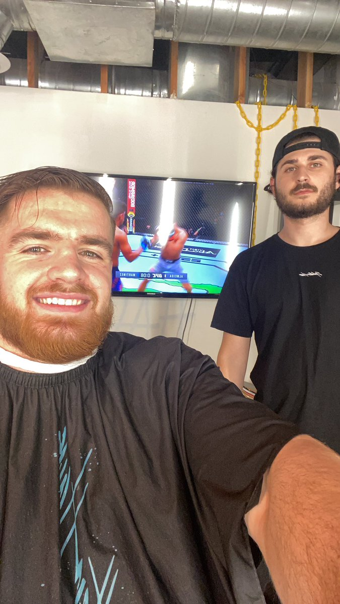 Can't miss the fights even while getting cut!💈💪🏻 #UFCFightIsland6 https://t.co/Rn9mcwIknZ