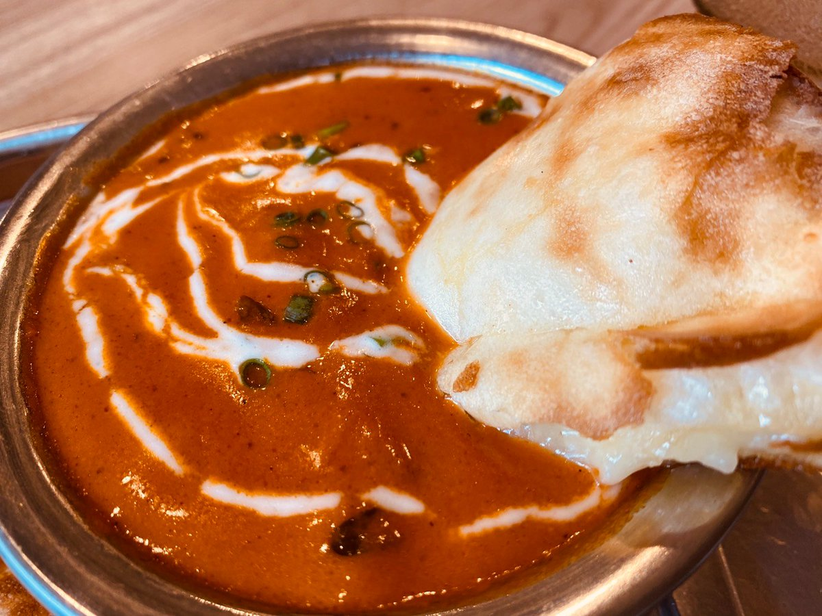 チーズナンとバターチキンカレー たまに食べたくなるチーズナン~ ピザよりたっぷりチーズでピザより安い~ まぁ最近は1枚割りとかもあるからそこまで差はないかな~ #チーズナン #バターチキンカレー #インド料理 https://t.co/q8J6fG9WSb