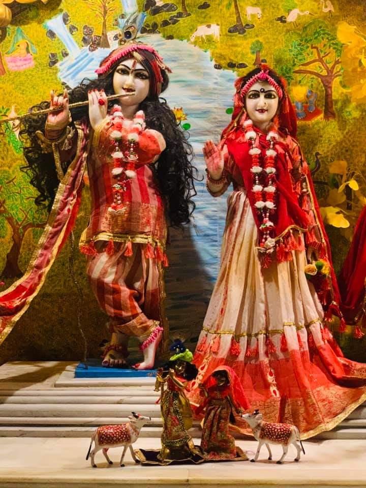 Todays Mangal Aarti Darshan of #shrishriradhavrindavanchandra  @ulhasnagar centre @AnandVrindavan Dham  For more details contact on- +91-7066727666 +91-9284826810  #radharani #kanha #jaganath #gaurnitai #narsinghdev #love #shrimadhusudanbapuji #damodardas #peace #morningvibes https://t.co/92m2cZjXg4