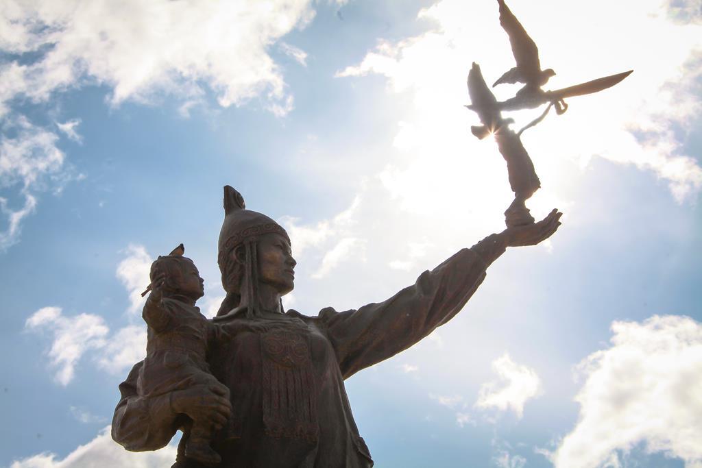 В Якутии 18 октября отмечают республиканский День матери. Праздник был учрежден первым президентом республики Михаилом Николаевым в 1993 году. https://t.co/dxeNJfdedd