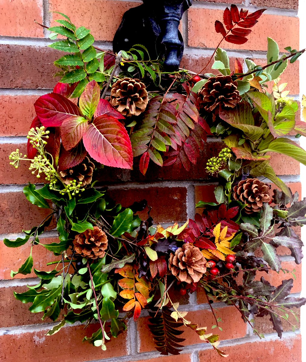Autumn wreath complete #autumnvibes https://t.co/qp5B80WRaq