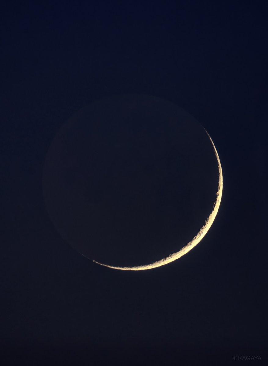 夕暮れの遠い空、鋭い二日月がほんのひととき輝いていました。 (先ほど望遠鏡を使って撮影) 今日もお疲れさまでした。