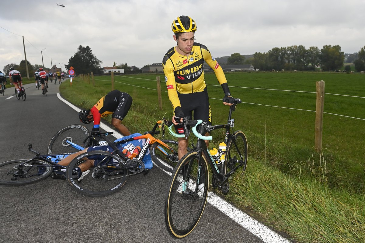 Liveblog | Wout van Aert is na zijn val alweer teruggekeerd in het peloton.  https://t.co/WeaaV7C3Kx | 🇧🇪 #RVV 🇮🇹 #Giro https://t.co/bjeC0yZuTr