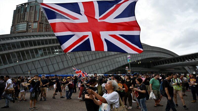 香港抗爭名人「王婆婆」親訴經歷:差點死在大陸 香港反送中運動期間,經常在抗爭現場揮舞英國國旗的「王婆婆」王鳳瑤,自去年8月11日被帶走後不知去向,歷經1年多的時間,她從大陸返港。17日她召開記者會親訴經歷,感嘆:我差一點就死在中國。 https://t.co/dVfff176Gs