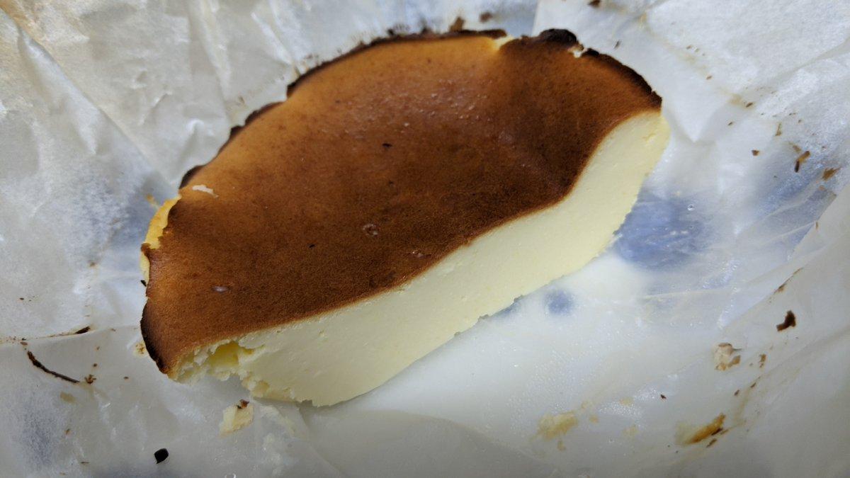 バスクかどうかはさておき、いい感じにひんやりギュッとなった🙂ちなみにクリチも90gとか中途半端な量だったから卵とか生クリとか使い切りたいものがないレシピでできてよかった〜型もなんか半端だしストーンウェアのお椀(?)で焼いちゃったグラタン皿とかでもよさそう