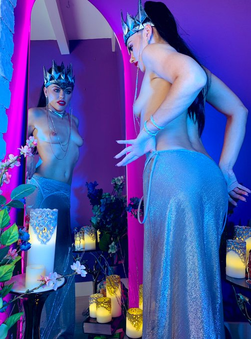 4 pic. Queen Ravenna  took over my https://t.co/swxOph2QHn live show tonight. She tested her huntsman