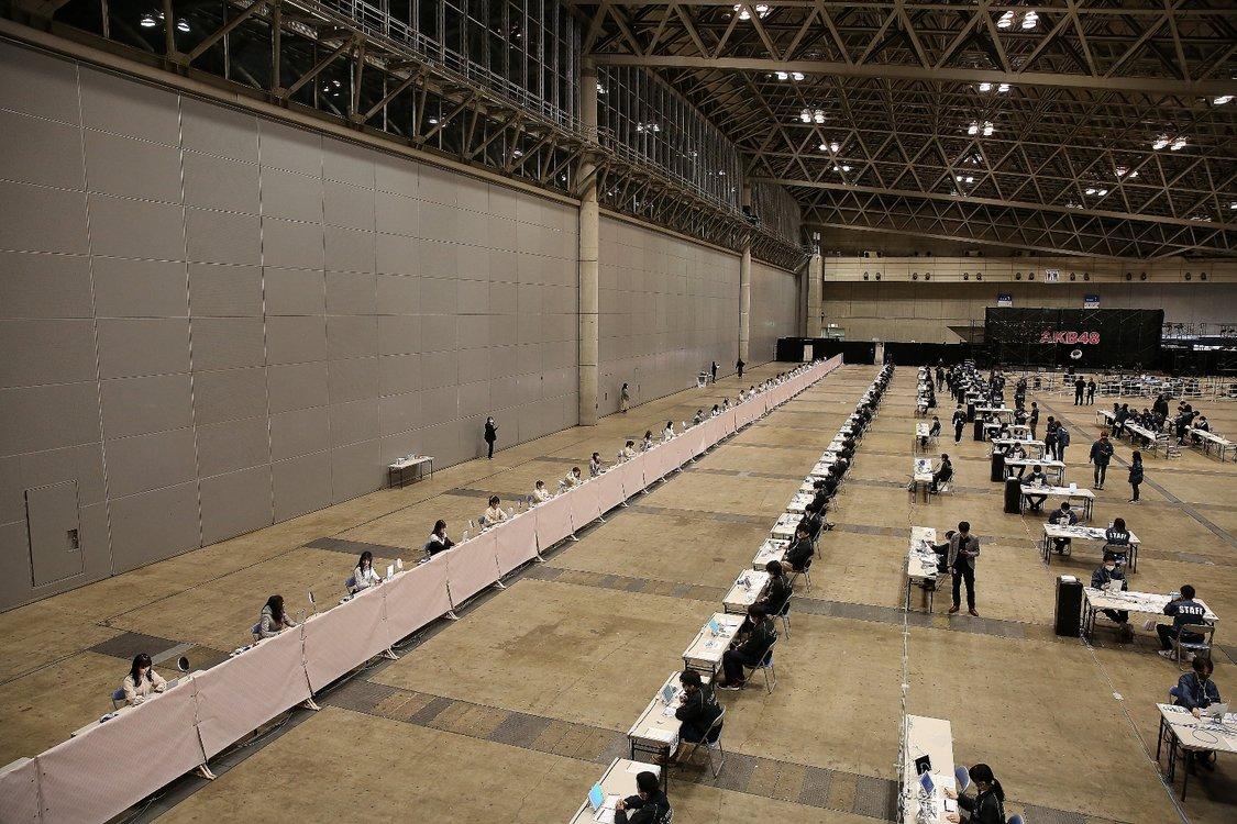 AKB48のオンライン握手会がシュール…!会場のすごい光景に圧倒されてしまう…