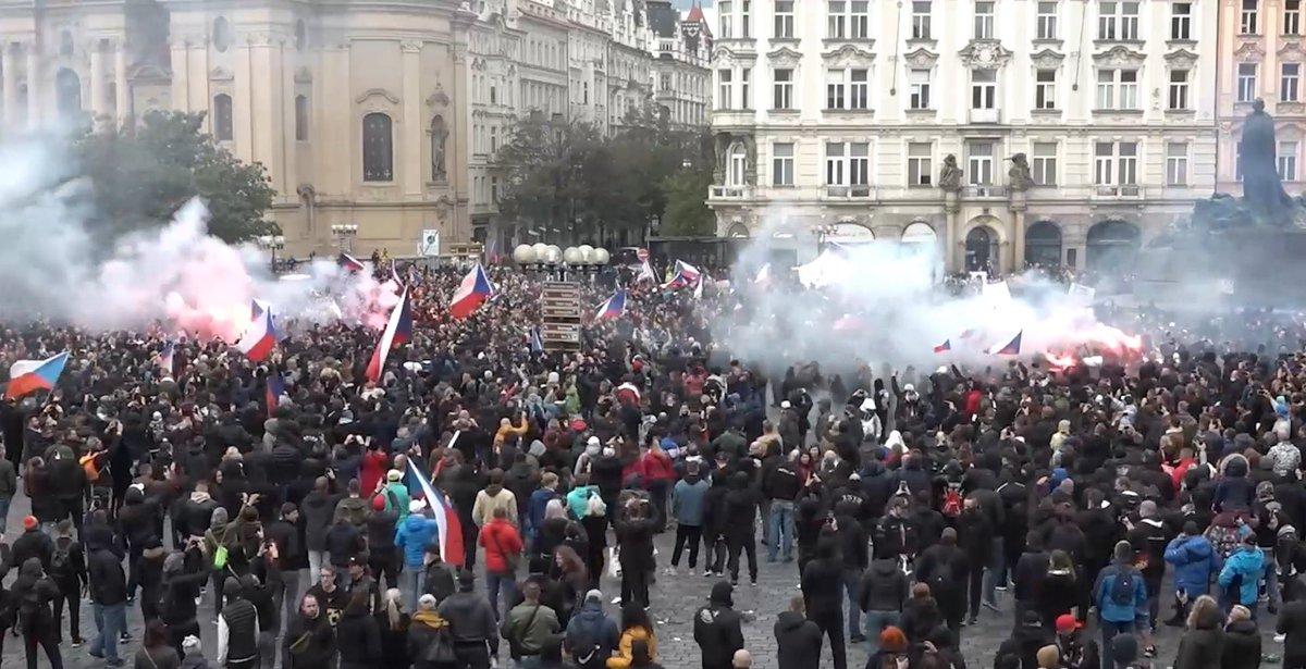 #Demonstrace na Staroměstském náměstí. #Policie zakročila až v okamžiku, kdy došlo k porušení zákona ze strany některých účastníků. #praha #Staromak #policiepha #policiecr https://t.co/kQUhzRAHru