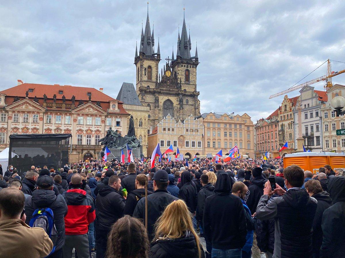 Na Staroměstském náměstí je povolená kapacita pro demonstrace zaplněna. #praha #Covid_19 #demo https://t.co/Il6qsGp8jl