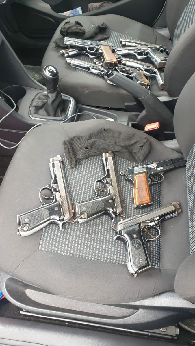 18/10/2020 PERP FLEES POLICE ROADBLOCK : DU NOON. CPT. WC. GP. COPS PURSUED & STOPPED THE GETAWAY VW. A SEARCHED PRODUCED 12 FIREARMS & A LARGE SUM OF CASH, WHICH HAVE BEEN SEIZED. https://t.co/t5rJpSSQcn