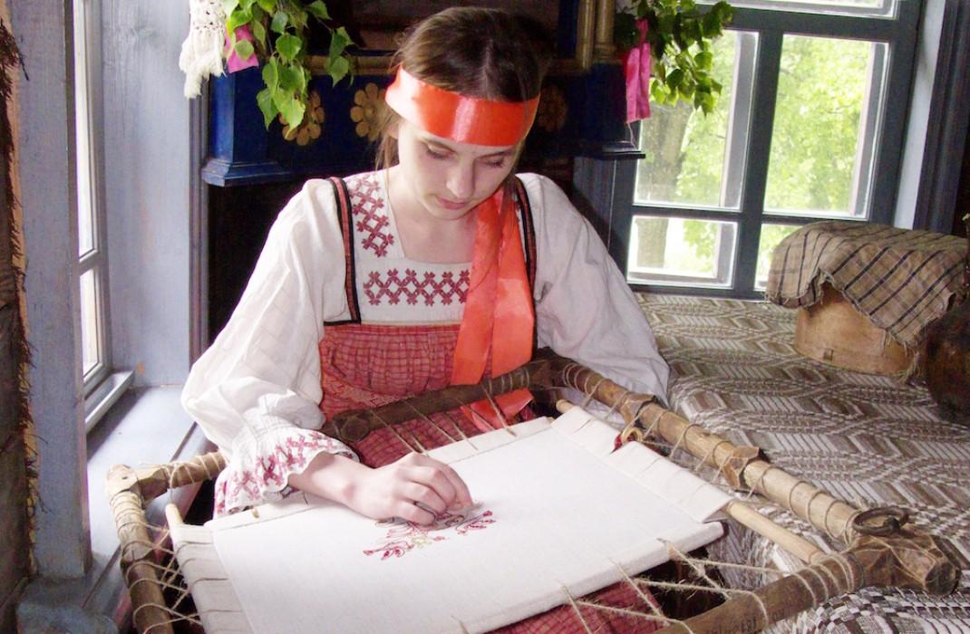 18 октября 2020 года (дата по старому стилю – 5 октября) христиане почитают святую мученицу Харитину. В этот день девушки и женщины начинают ткать холсты, поэтому в народе данный праздник и назвали Харитины – первые холстины. https://t.co/c8UZZdTJUT