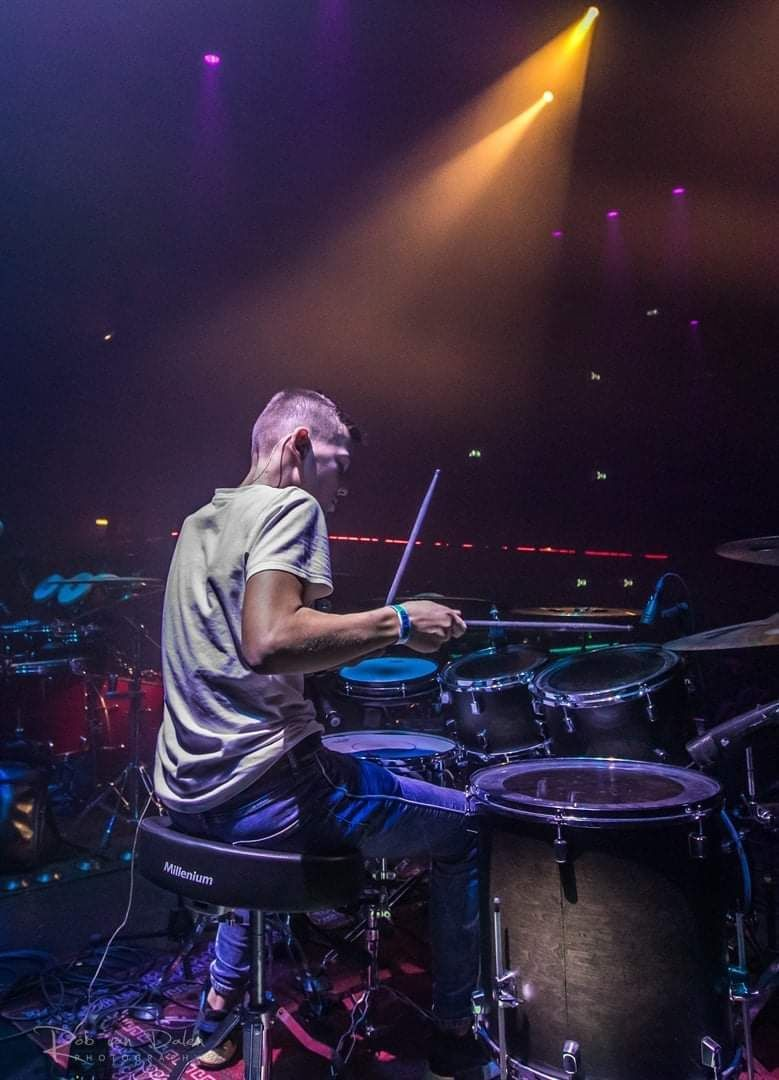 Winner of the @herfstfest_drumfestival anthem competition @larshoezen_drums rocking out on stage with his Decade Maple Kit.  Congrats! Looking dope.  #pearl_drums #PearlDecadeMaple https://t.co/qtqD0FRmkL