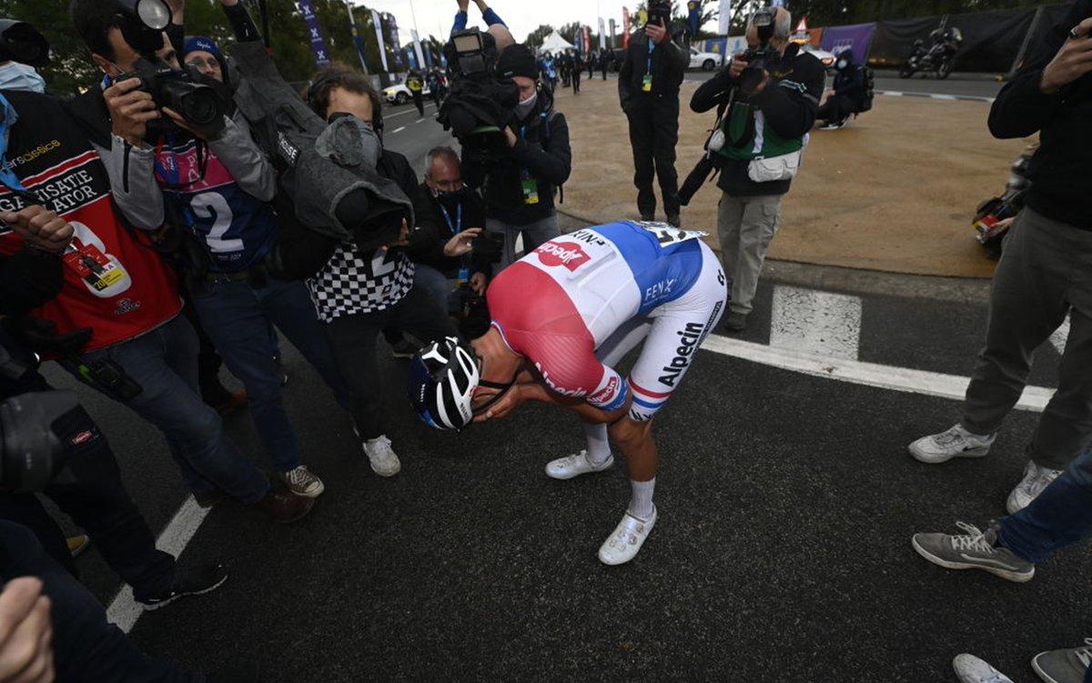 Giro della Fiandre 2020: vince van der Poel, brutta caduta per Alaphilippe: L'olandese van der Poel vince il Giro delle Fiandre al fotofinish sul belga Van Aert. Niente da fare per l'azzurro Alberto Bettiol, che aveva trionfato nell'edizione dell'anno… https://t.co/6dTUBkLv0f https://t.co/qggFEI2leV
