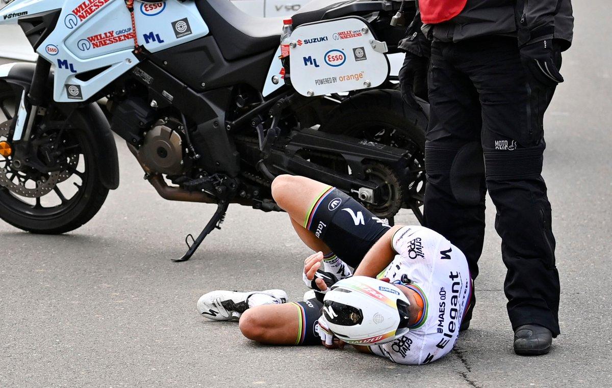 Alaphilippe, caduta nel Giro delle Fiandre: scontro con la moto della giuria: Brutta caduta per il Campione del Mondo durante il Giro delle Fiandre. Alaphilippe ha impattato contro la moto della giuria cadendo rovinosamente, accusando problemi al braccio… https://t.co/SLN9hZz0re https://t.co/lpX4iBBSvc