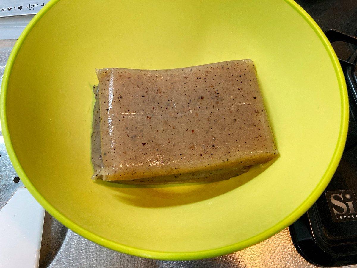 ライフハックを一つ。レンジでする蒟蒻の灰汁の抜き方。1.洗った蒟蒻に塩をふって揉む。2.耐熱性のボウルに入れて、ふんわりとラップをしてレンジに数分かける。3.さっと水洗いして、ざるに上げて水気を切る。詳細は↓見てね(ワイのレシピです