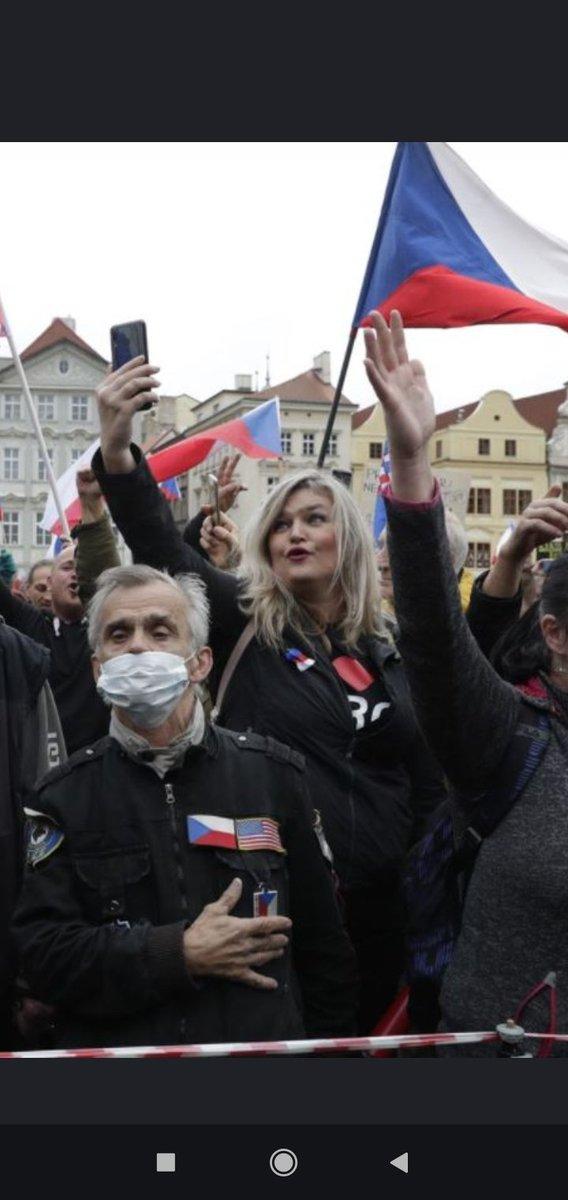 Paní Monice to dnes moc sluší. #staromák #praha #demonstrace https://t.co/9nOR3xEgBD