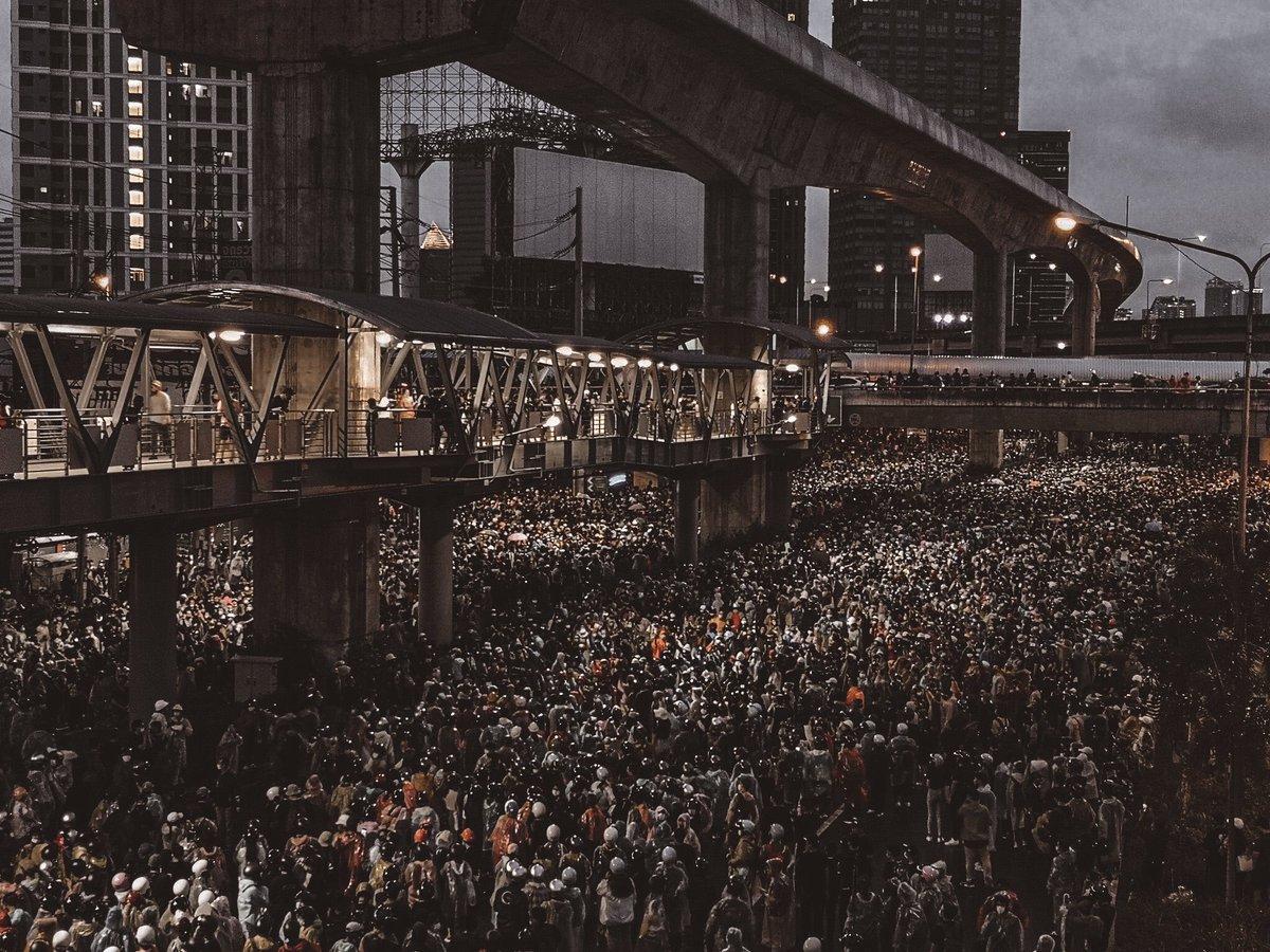 จะไม่มีวันลืม ทั้งเรื่องราวในภาพ และเรื่องราวของเราในวันนั้น #ม๊อบ17ตุลา #ห้าแยกลาดพร้าว https://t.co/B4Iysi8hvl